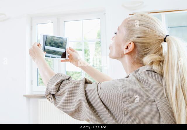 Junge Frau mit Tablet-digital fotografieren Stockbild
