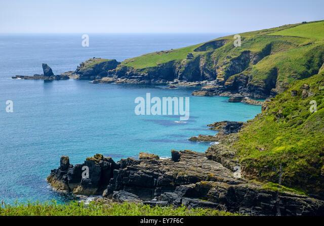 Blick auf Küste Cornwalls aus South West Coast Path oben Housel Bay, Lizard Halbinsel, West Cornwall, UK im Stockbild