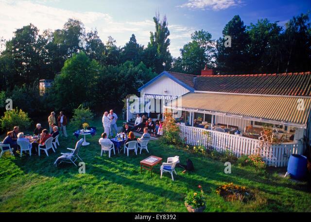 Freunden teilen, Essen, Kaffee und Gespräch am Sommerhaus auf Tranholmen Insel in Stockholm Archipealgo in Stockbild