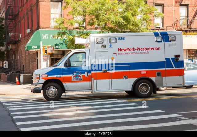Ein New York-Presbyterian Emergency Medical Services Krankenwagen nach Süden auf Amsterdam Ave in Hamilton Stockbild