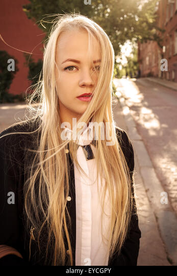 hübsche blonde Frau in alte Straße am sonnigen Tag Stockbild