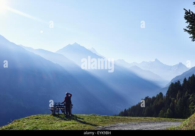 Mountainbiker in Bergen, Wallis, Schweiz Stockbild