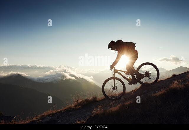 Mountainbiker fahren bergab, Wallis, Schweiz Stockbild