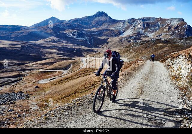Mountainbiker auf Feldweg, Wallis, Schweiz Stockbild