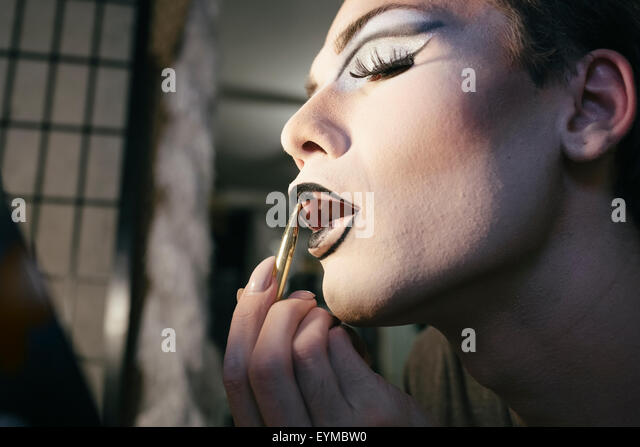 Männliche Drag-Queen machen das Aufstellen und putzt sich in Vorbereitung auf eine Leistung Stockbild