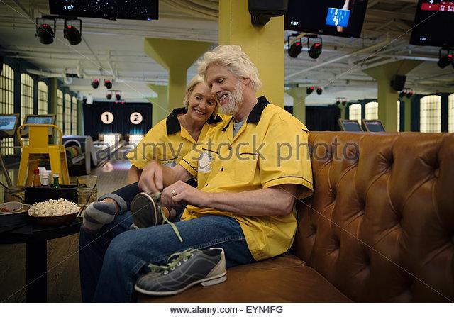 Ehemann Aufbindung Frau Bowlingschuhe in Kegelbahn Stockbild