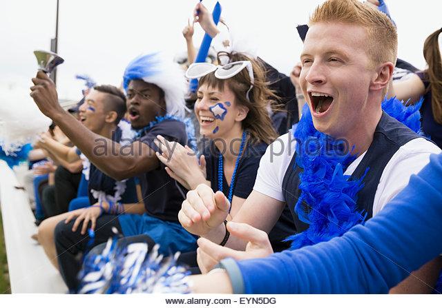 Begeisterte Fans in blau jubeln Tribünen-Sport-event Stockbild