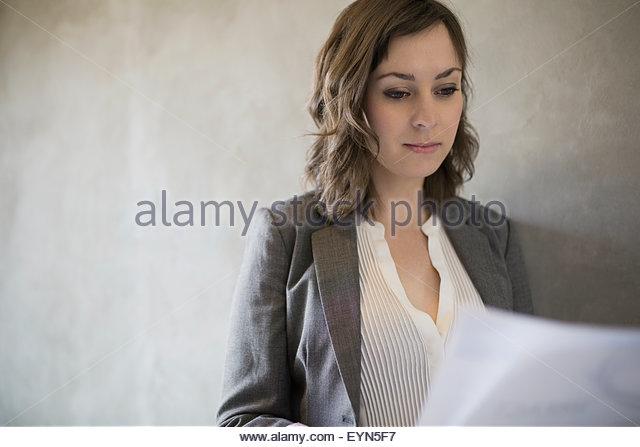 Konzentrierte sich Brünette Geschäftsfrau, die Schreibarbeit zu lesen Stockbild