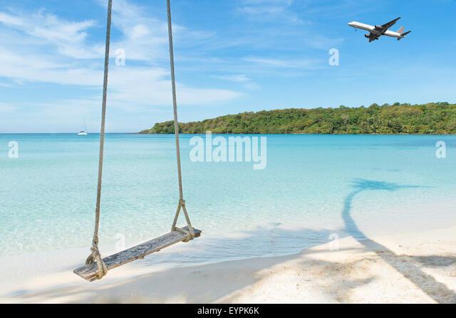 Sommer, Reisen, Urlaub und Ferien-Konzept - Flugzeug anreisen tropischen Strand Meer in Phuket, Thailand. Stockbild