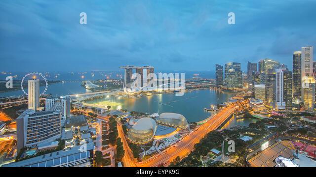 Singapur-Wolkenkratzer in der Innenstadt am Abendzeit. Stockbild