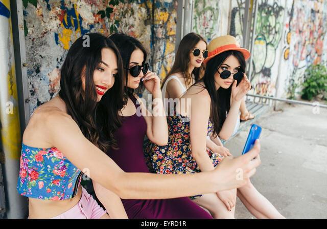 Fünf schöne junge Mädchen entspannen Stockbild