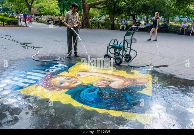 New York, NY versucht 5. August 2015 - A Parks Department Arbeiter eine Hillary Mural im Washington Square Park Stockbild