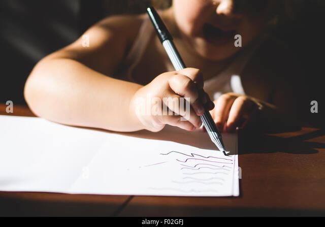 Nahaufnahme eines Mädchens zeichnen Stockbild