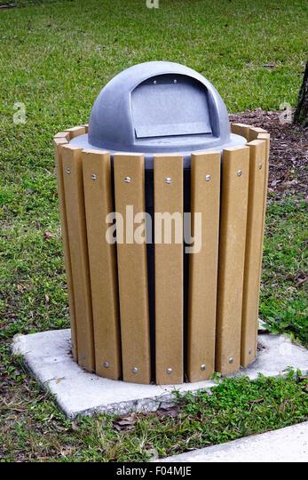 Mülleimer eingehüllte in hölzerne Latten in einem park Stockbild