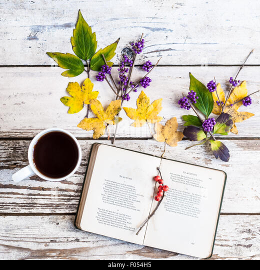 Buch geöffnet, Gedicht, Herbst von J. Keats mit Becher Kaffee, Blätter und Beeren Stockbild