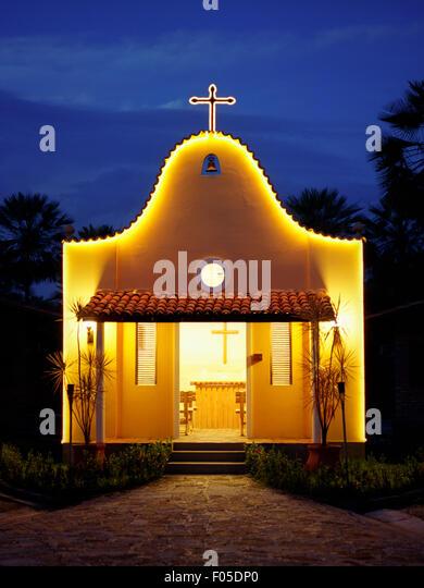 Eine kleine Kirche in der Abenddämmerung im Porto Preguiças Resort. Lagunen, Brasilien. Stockbild