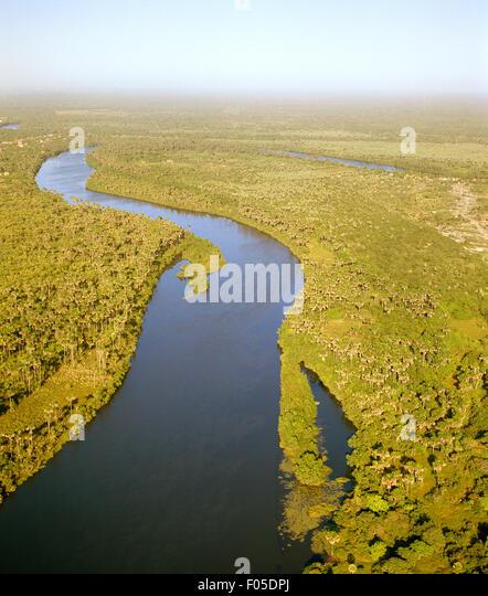 Eine Luftaufnahme des Flusses Rio Preguiças bei Sonnenaufgang. Lençóis Maranhenses, Brasilien. Stockbild