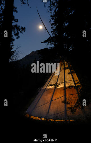 Glühende Tipi und Mond, Minam River Lodge, Oregon. Stockbild