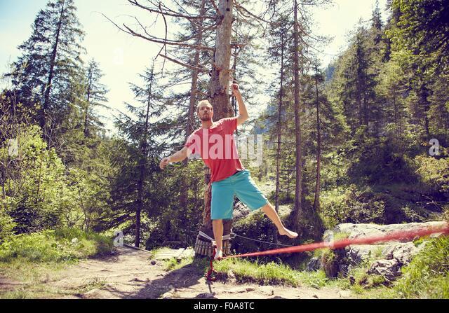 Mann, balancieren auf dem Seil, Ehrwald, Tirol, Österreich Stockbild