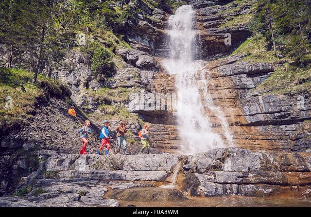 Gruppe von Kindern mit Wasserfall erkunden Stockbild