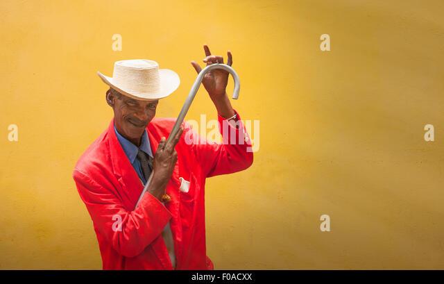 Reifen männlichen Tänzer bereit vor gelben Wand, Havanna, Kuba Stockbild