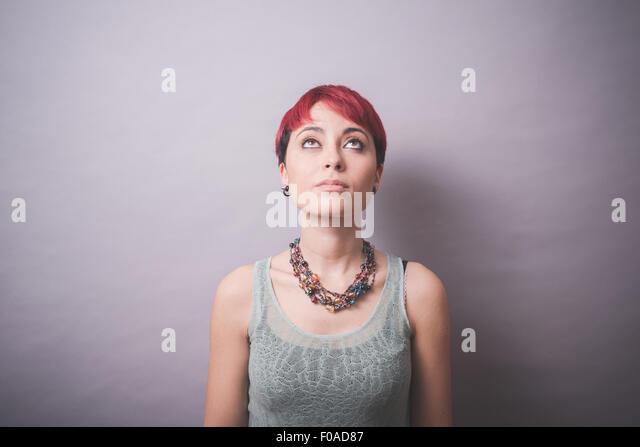 Studio-Porträt der jungen Frau mit kurzen rosa Haaren nachschlagen Stockbild