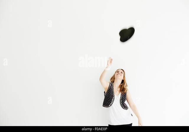 Mitte erwachsenen Frau Hut in die Luft werfen kopieren Sie Raum Stockbild