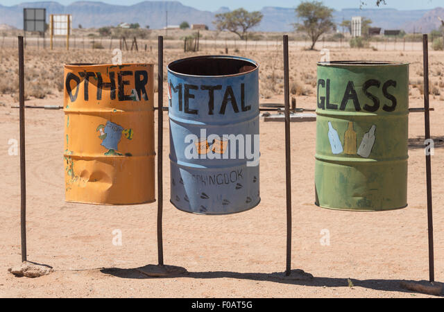 Recycling-Trommeln am Sesriem Canyon, Namib-Naukluft-Nationalpark, Sossusviei, Namib-Wüste, Hardap Region Republik Stockbild
