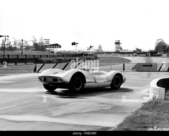Bruce McLaren Tests einen Sportwagen auf Goodwood 1964 Stockbild