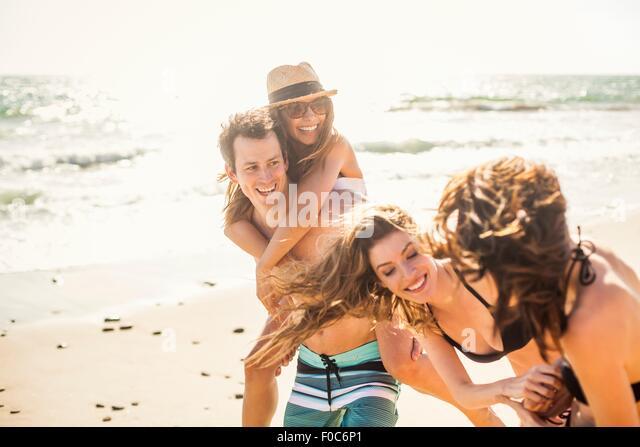 Gruppe von Freunden auf Urlaub am Strand Stockbild