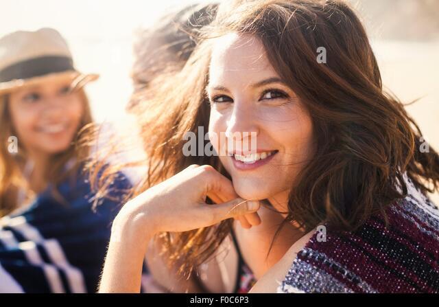 Freundinnen im Urlaub am Strand Stockbild
