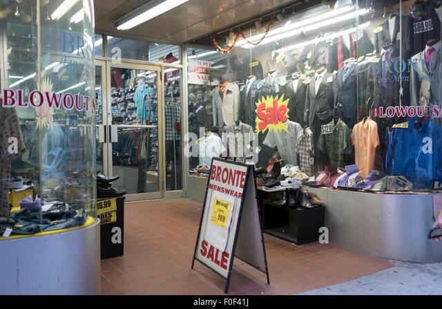Ein Geschäft in der John Street in Manhattan Financial District verkauft preiswerte Kleidung für Männer. Stockbild