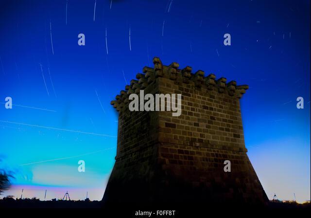 Mittelalterlichen venezianischen Wachturm am Kiti mit Nachthimmel mit Sterne Tracks als Hintergrund. Larnaca. Zypern Stockbild