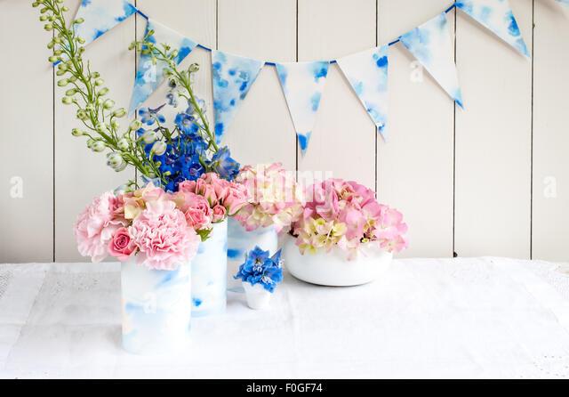 Rosa und blaue Blumengestecke für den Sommer Stockbild