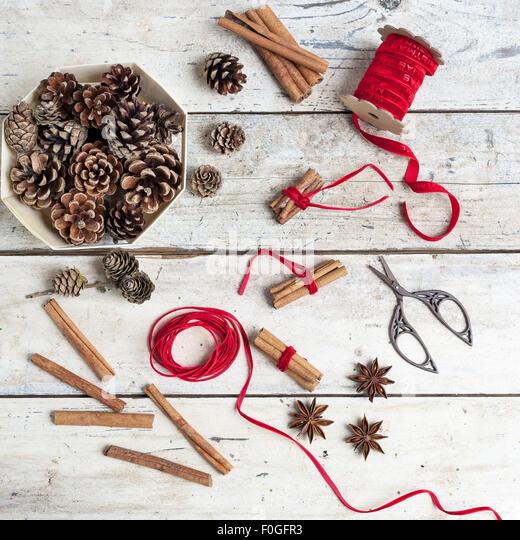 Tannenzapfen, Gewürze und Zimt Bündel gebunden mit rotem Band für Weihnachten Stockbild