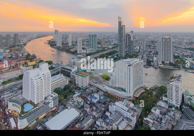 Stadtbild von Bangkok aus Draufsicht mit Fluss Stockbild