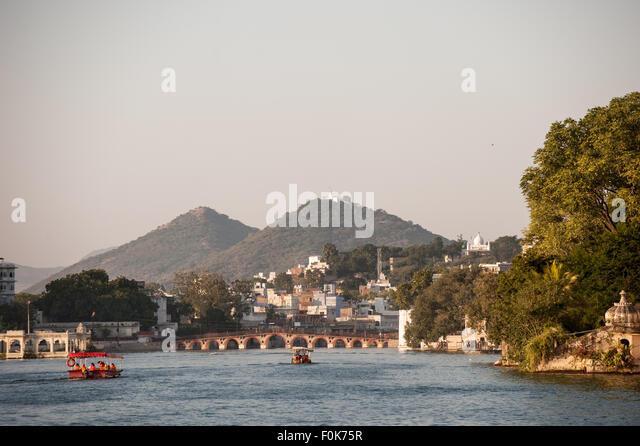 Udaipur, Rajasthan, Indien. Blick über das Wasser auf die Daiji Brücke, Pichola-See. Stockbild