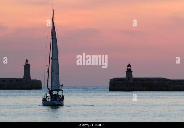 Abfahrt vom Grand Harbour Maltas im Morgengrauen Yacht Stockbild
