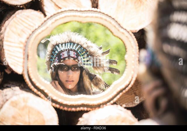 Spiegelbild der jungen Frau Maskerade als Inder Stockbild