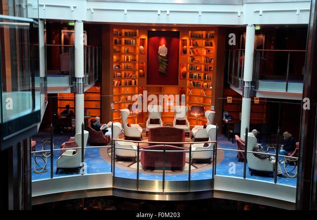Bibliothek an Bord der MV Celebrity Silhouette. Stockbild