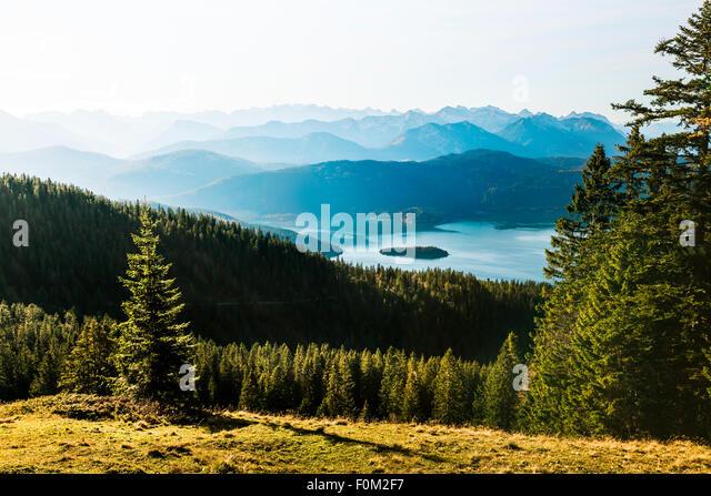 Blick vom Jochberg auf den Walchensee-See und Karwendelgebirge, Bayern, Deutschland Stockbild