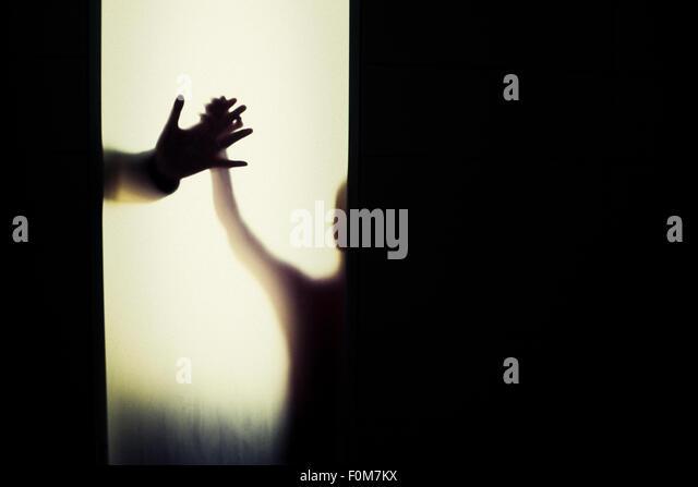 Silhouette von Kind und Erwachsenen, die Hand in Hand. Konzeptbild von Vertrauen, Verbindung und Verklebung. Stockbild