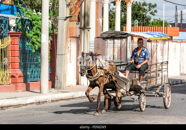 Mann mit Pferd und Wagen in Kuba von Kubaner als Taxi verwendet Stockbild