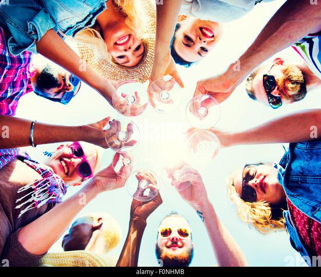Feier-Champagne blickte Freunde Konzept Stockbild