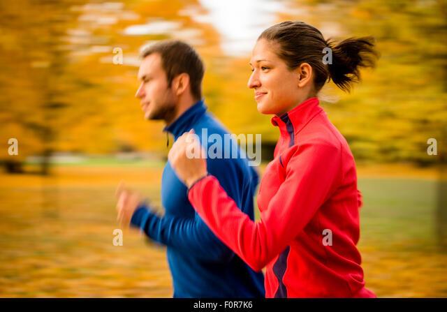 Panorama Foto des jungen Paares zusammen Joggen in der Natur Stockbild
