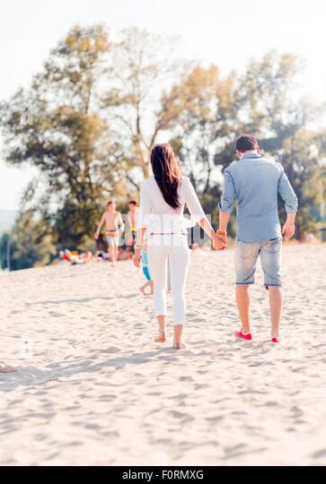 Paar Hand in Hand und Fuß an einem Sandstrand Stockbild