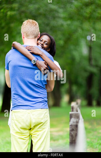 Paar in Liebe umarmen sich Natur und wirklich glücklich zu sein. Gefühl von Sicherheit und Gelassenheit Stockbild