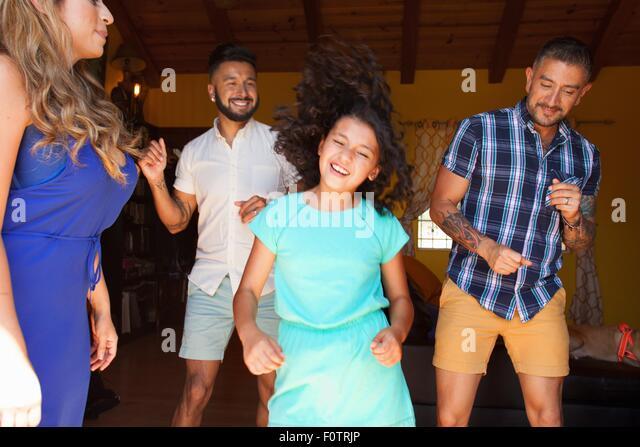 Mädchen und Familie im Wohnzimmer tanzen Stockbild