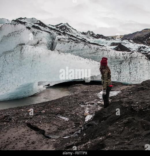Weibliche Touristen erkunden Gletscher am Solheimajokull, Island Stockbild