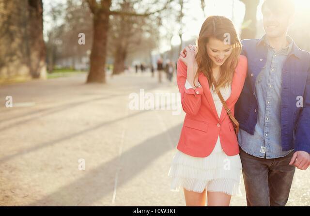 Romantisch zu zweit einen Spaziergang im sonnigen Park, London, UK Stockbild